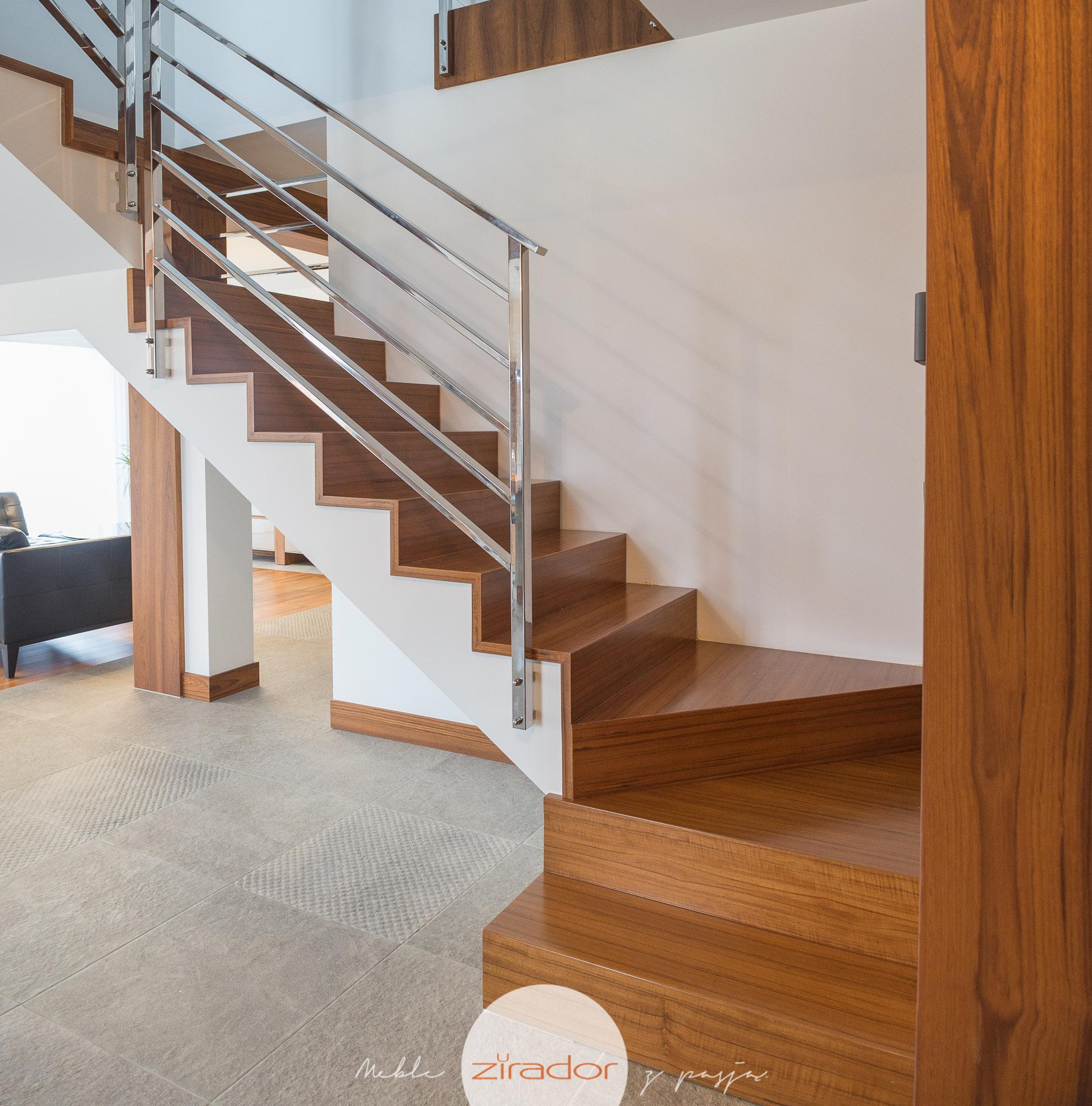 schody drewniane z chromowana poręczą