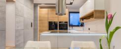 meble kuchenne z automatycznie otwieranymi szafkami